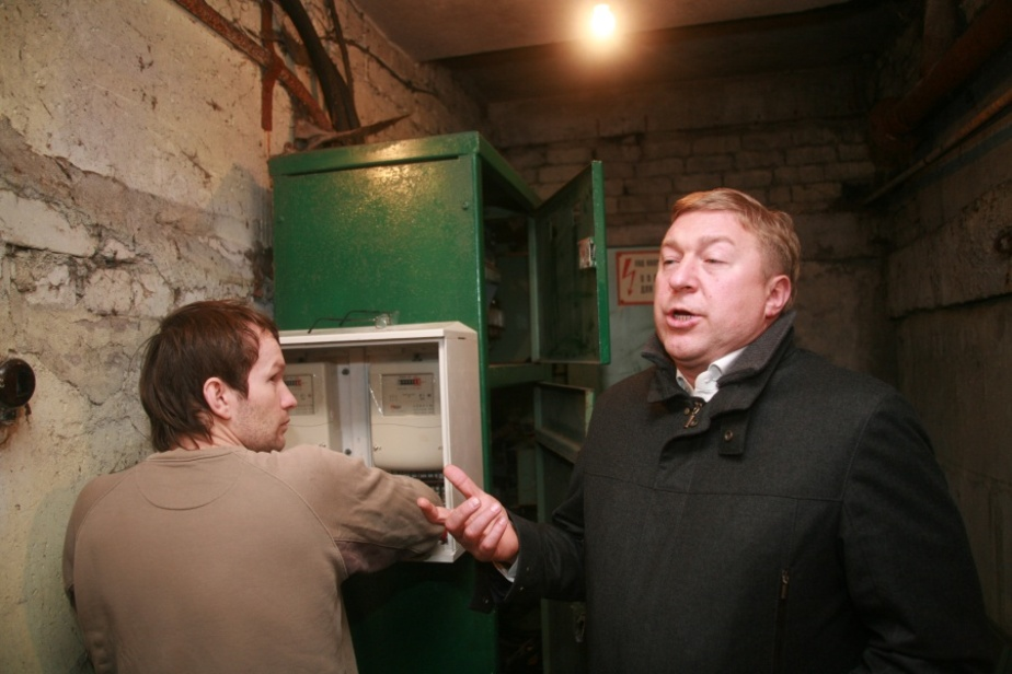 Глава Калининграда установил экспериментальный прибор учета электроэнергии в 9-этажке - Новости Калининграда