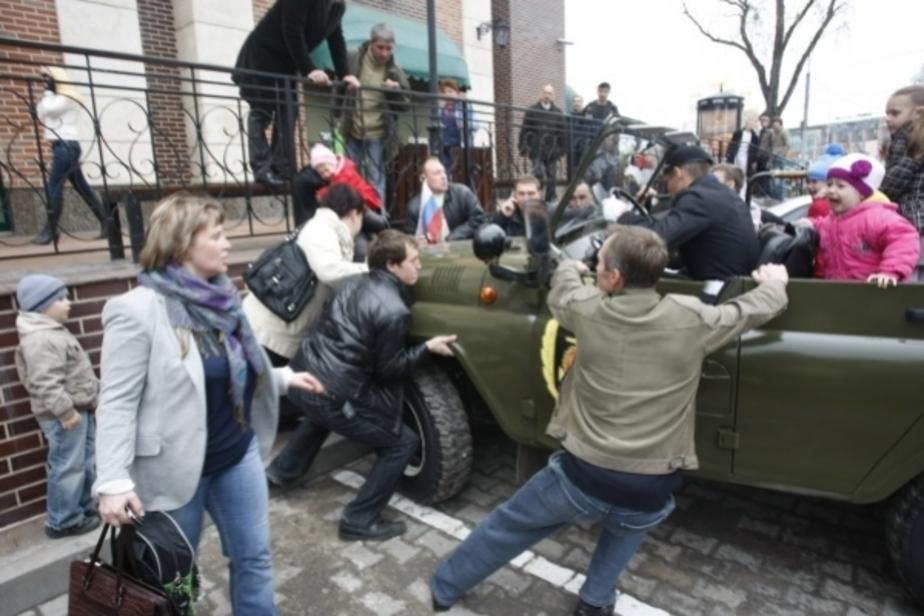 В Калининграде военный УАЗ едва не задавил женщину с ребенком - Новости Калининграда