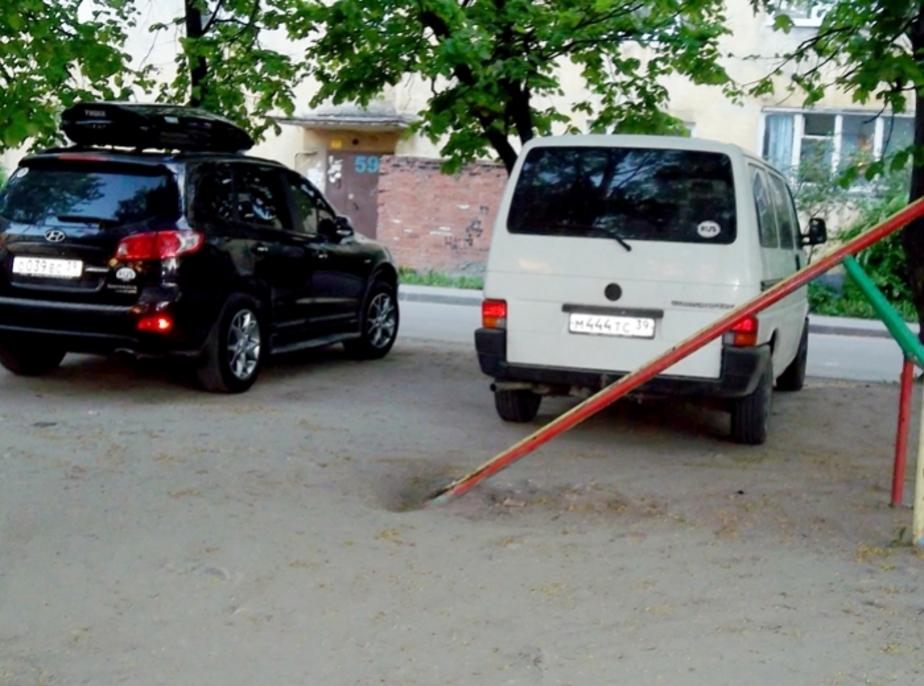 """Акция -""""Не паркуйся как баран-""""- Автохамы паркуются на детской площадке- да еще и угрожают детям - Новости Калининграда"""