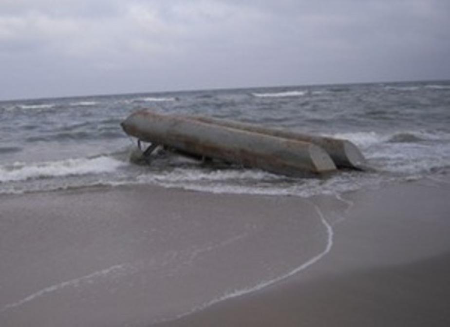 На берег в Зеленоградске выбросило огромный понтон - Новости Калининграда