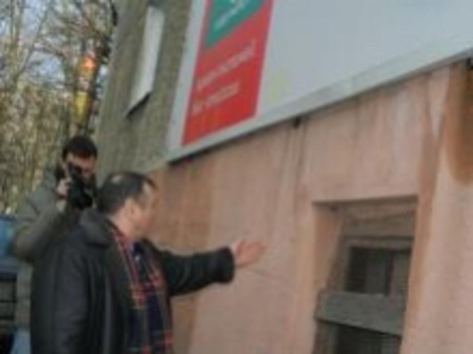 Донских обнаружил трещину за рекламным щитом - Новости Калининграда