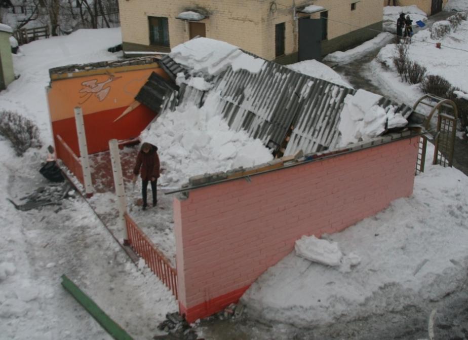 Из-за снега обрушилась крыша веранды в детсаду -14- дети не пострадали - Новости Калининграда
