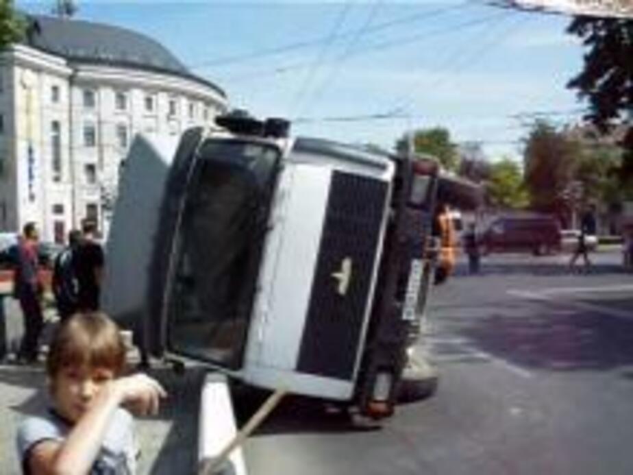 Грузовик с плитами перевернулся на улице Театральной - Новости Калининграда