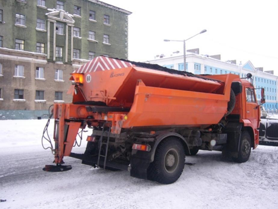 Правительство потребовало от подрядных организаций активней посыпать тротуары песко-соляной смесью - Новости Калининграда