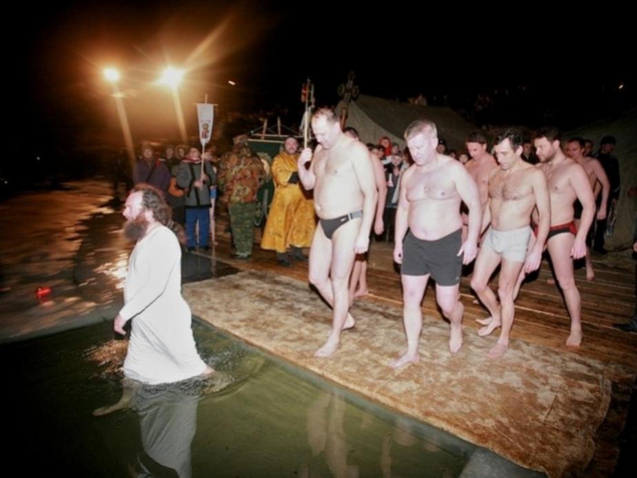 Калининградцы и власти региона искупались в крещенской купели - Новости Калининграда