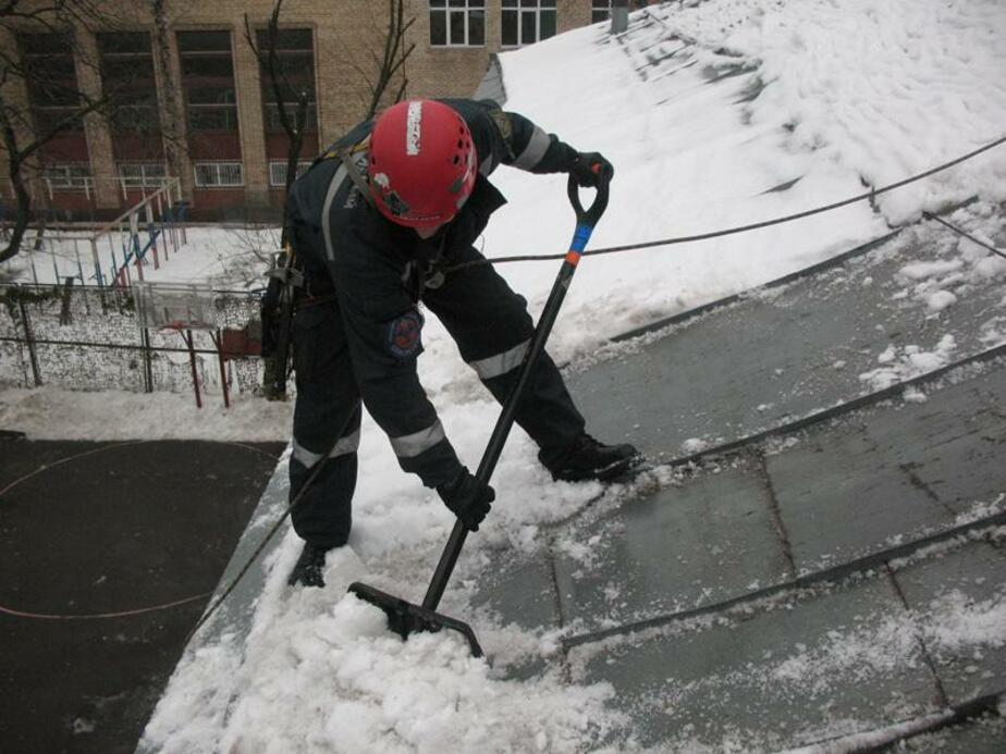 В Калининграде из-за неубранного снега едва не обрушилась кровля дома - Новости Калининграда