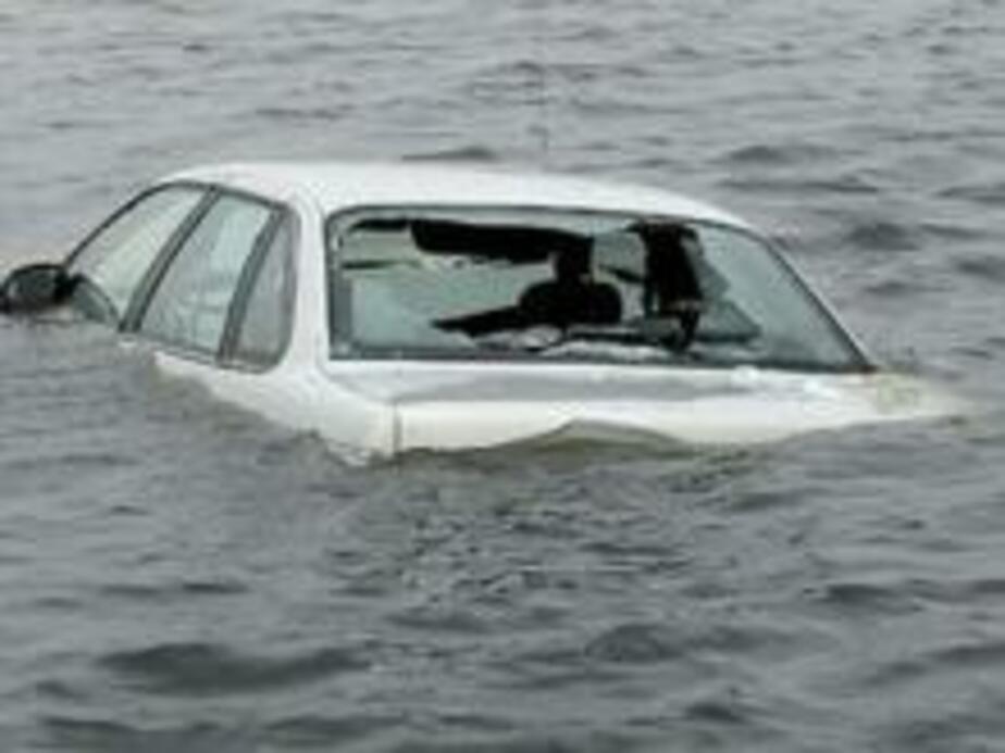 В Калининграде под Бранденбургскими воротами утонули три машины - Новости Калининграда