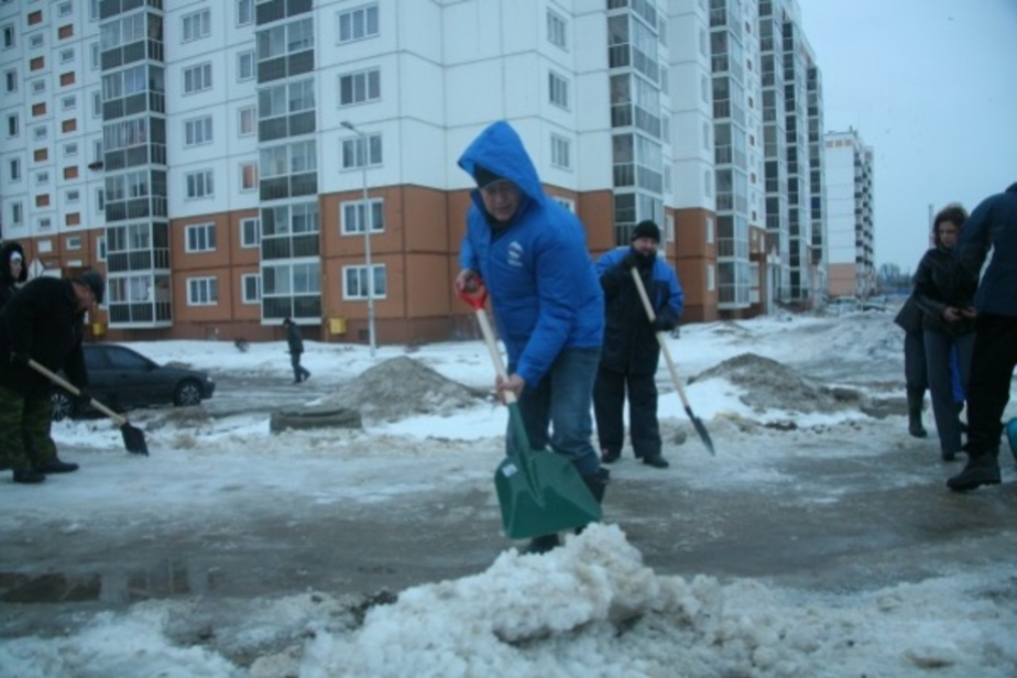 Ярошук вывел чиновников убирать снег в Калининграде - Новости Калининграда