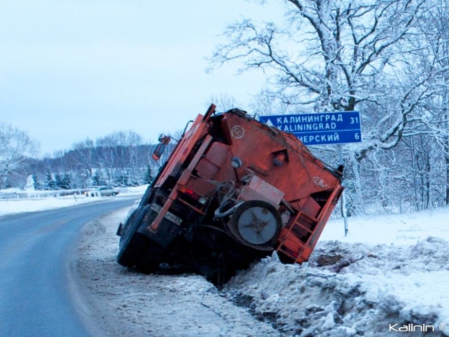 По дороге на Светлогорск снегоуборочная техника свалилась в кювет - Новости Калининграда