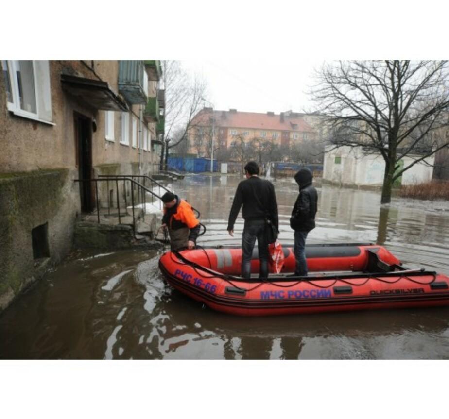Жителям улицы К- Назаровой приходится добираться домой на лодках - Новости Калининграда