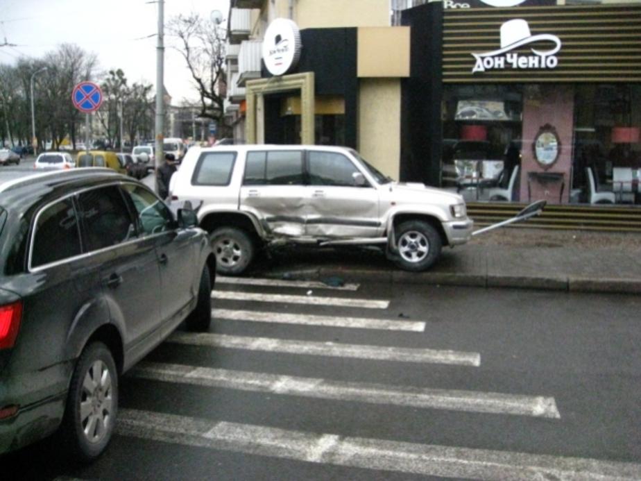 """На Советском проспекте -""""Опель-"""" вылетел на тротуар- пострадали 3 пешехода - Новости Калининграда"""