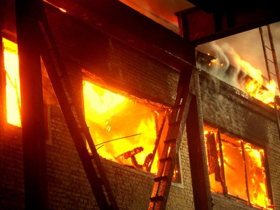На ул- Дзержинского сгорело здание бывшего ЖЭКа - Новости Калининграда