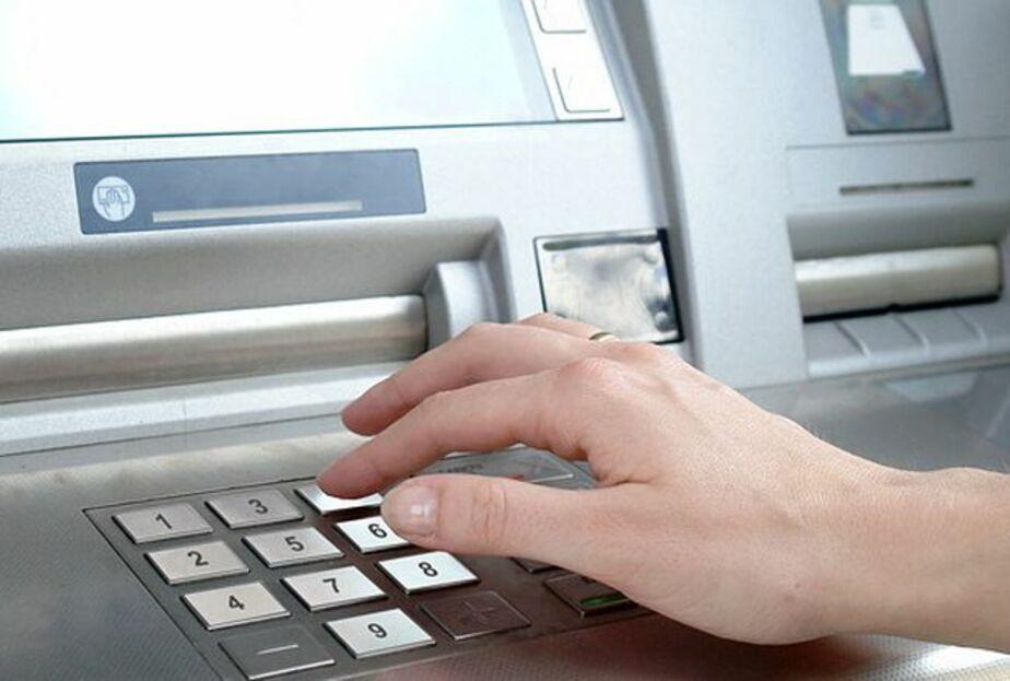В Светлом продавщица обналичила оставленную в банкомате чужую карту - Новости Калининграда