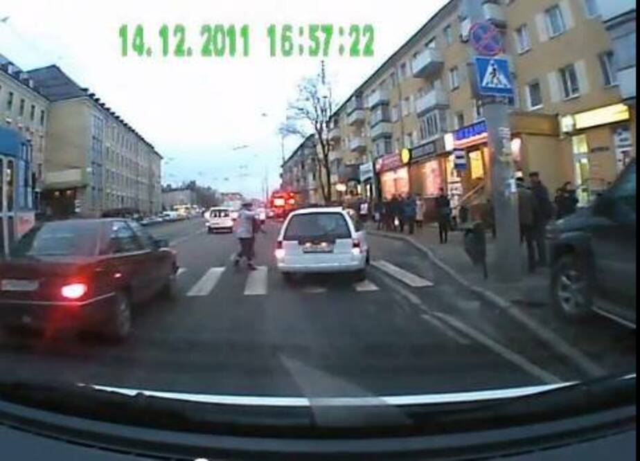 ГИБДД установила водителя- который едва не сбил маму с ребенком