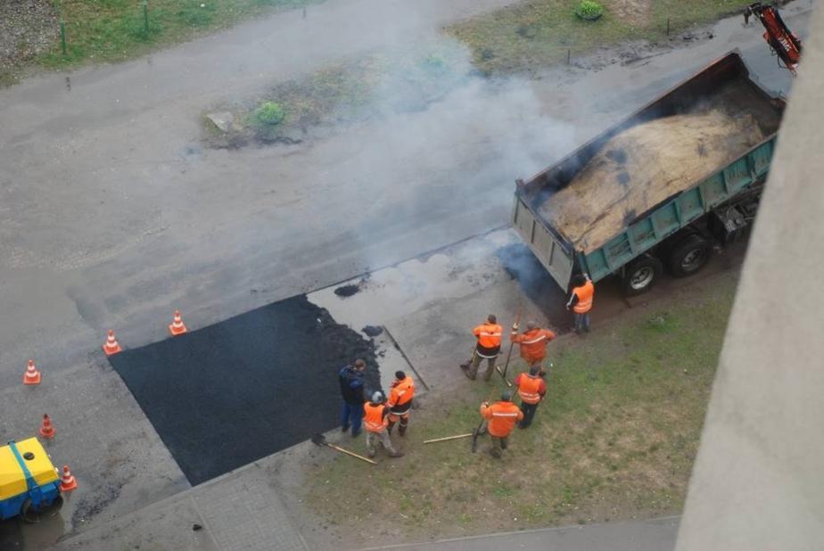 Как закатывают деньги в асфальт- На ул-Автомобильной с утра ремонтировали дорогу- несмотря на дождь - Новости Калининграда
