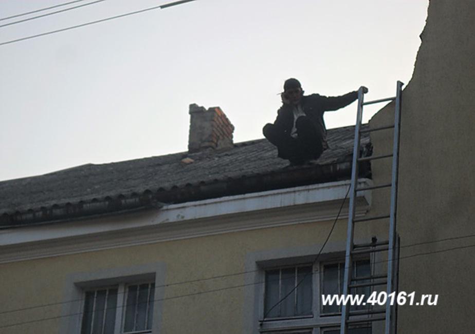 Житель Немана час провел на крыше дома- угрожая самоубийством - Новости Калининграда