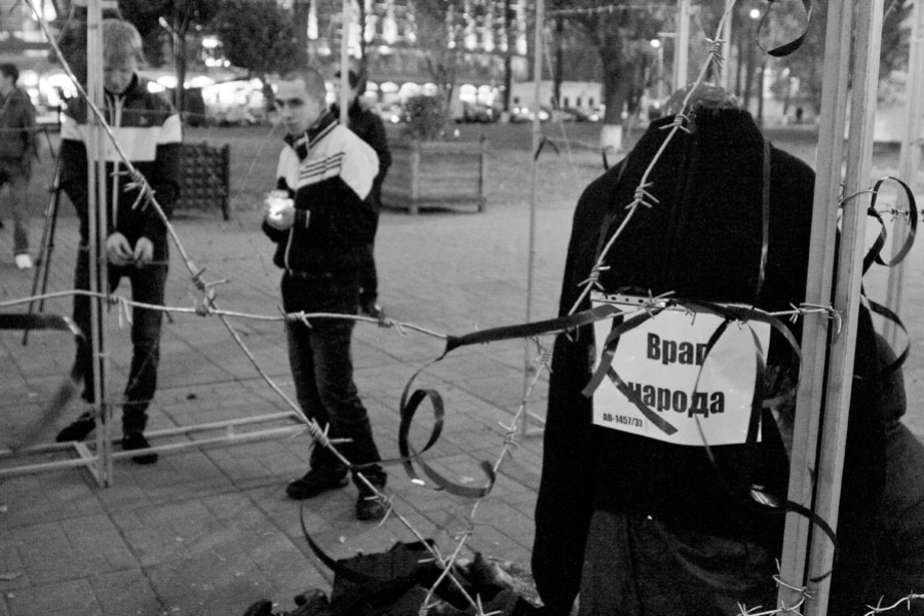На пл- Победы молодогвардейцев закрыли за колючей проволкой
