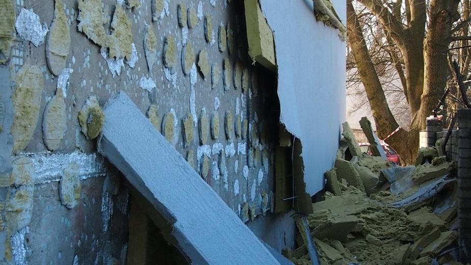 В Калининграде со стены жилого дома обрушилась теплоизоляция- смонтированная гастарбайтерами - Новости Калининграда