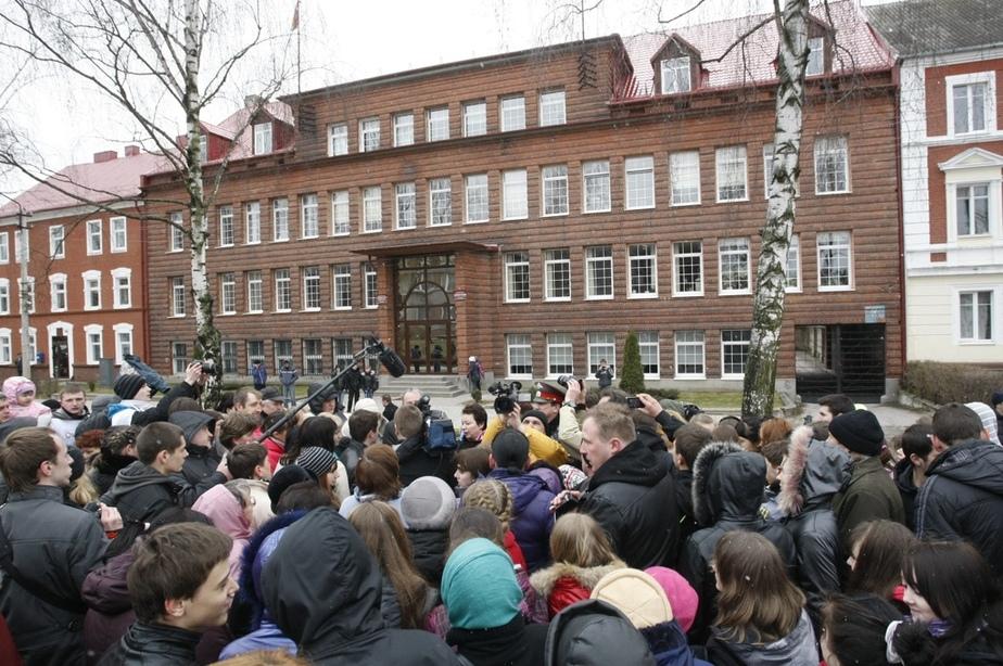 Сход жителей Гусева потребовал всестороннего и объективного расследования инцидента с избиением школьницы