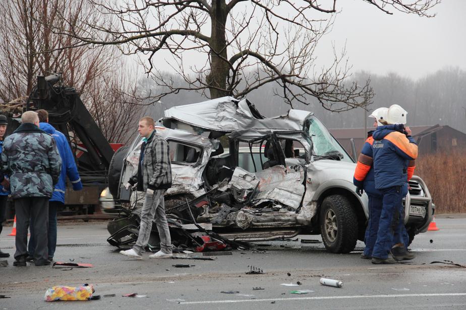 """На Окружной """"Митцубиси"""" врезался в грузовик-манипулятор- двое погибли - Новости Калининграда"""