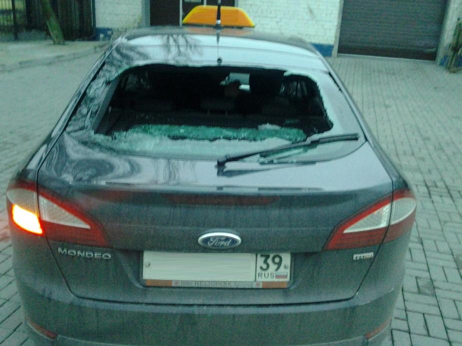 """Пьяный посетитель """"Платинума"""" разбил стекло в машине такси - Новости Калининграда"""