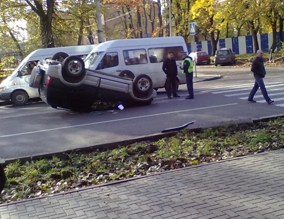 В Калининграде после столкновения с БМВ перевернулся внедорожник