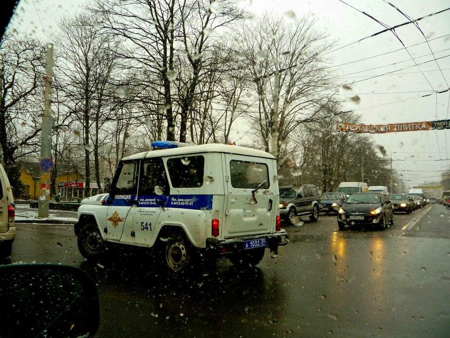 """В Калининграде """"Пежо"""" врезался в полицейскую машину- ехавшую с маячком - Новости Калининграда"""