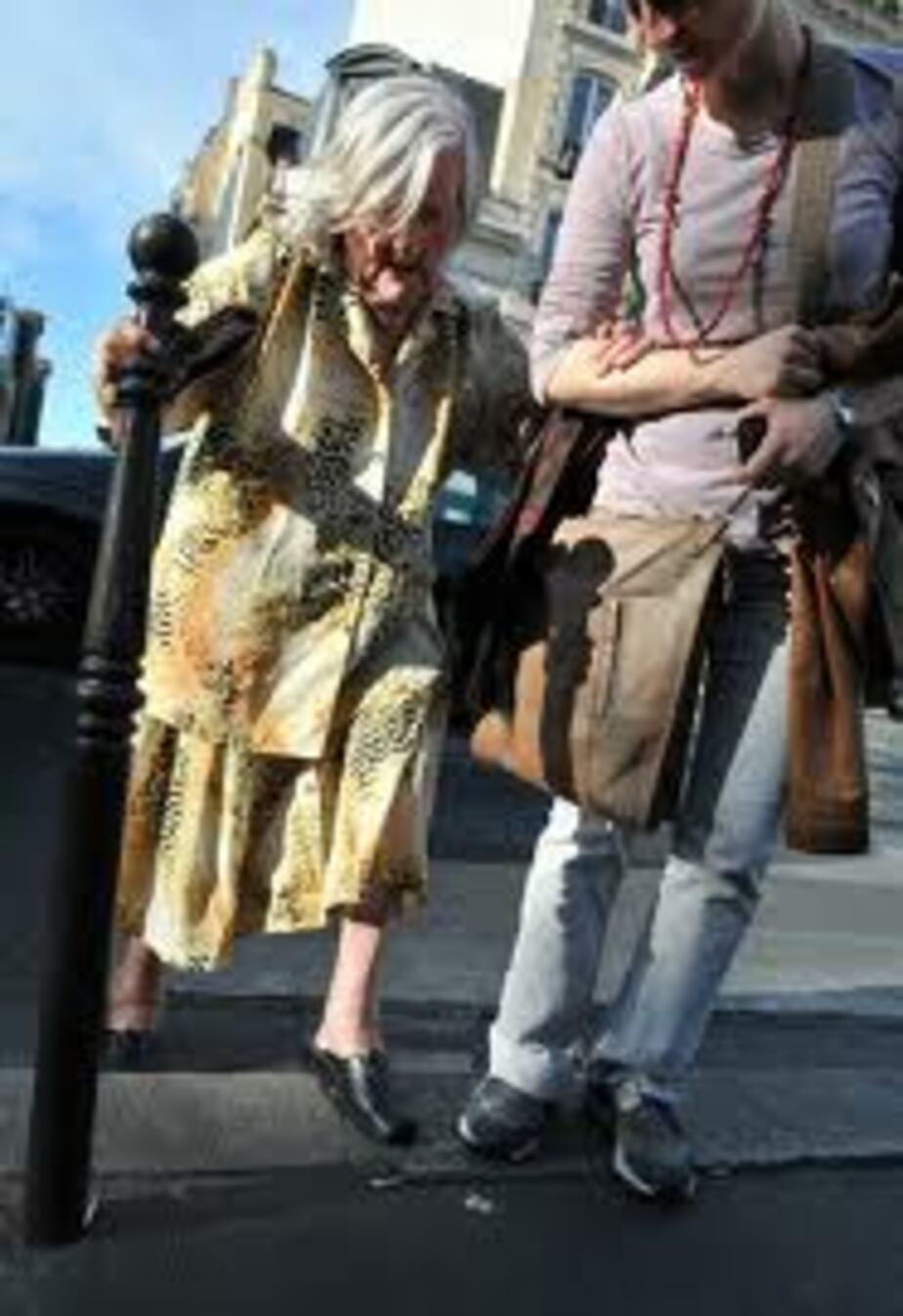 Калининградка обокрала пять пенсионеров- которым помогла перейти дорогу - Новости Калининграда