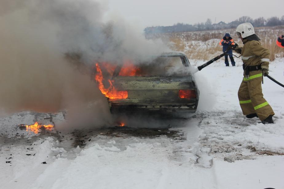 На аэродроме Девау спасатели с помощью вертолета тушили автомобиль - Новости Калининграда