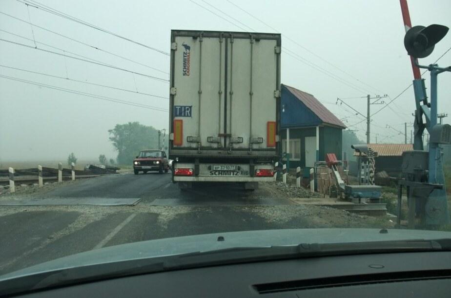 В Гвардейском районе на железнодорожном переезде застряла фура - Новости Калининграда