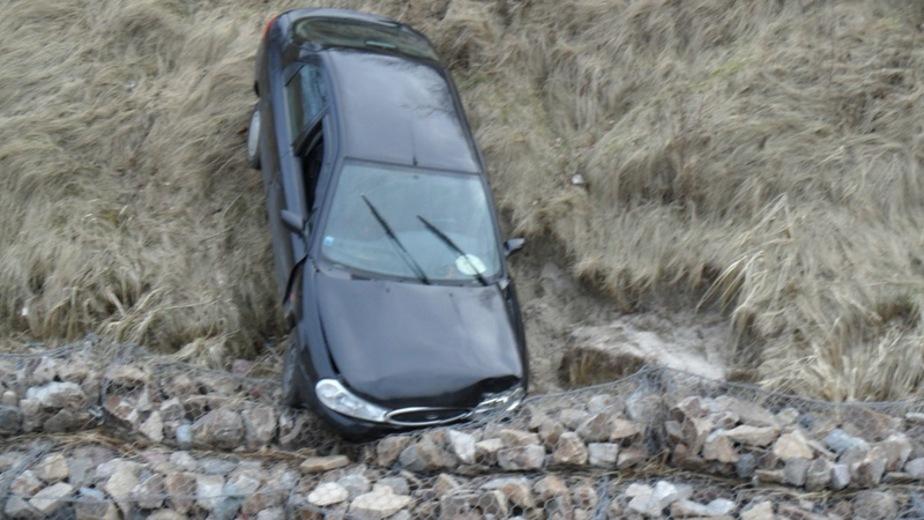 """В Пионерском """"Форд"""" протаранил ограду и слетел с обрыва"""