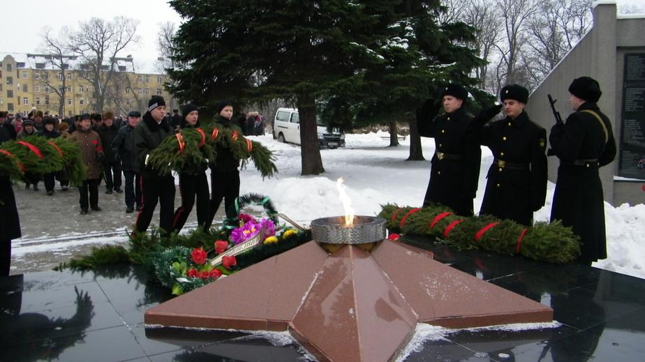 23 февраля в Черняховске прошел митинг у мемориала павшим героям - Новости Калининграда