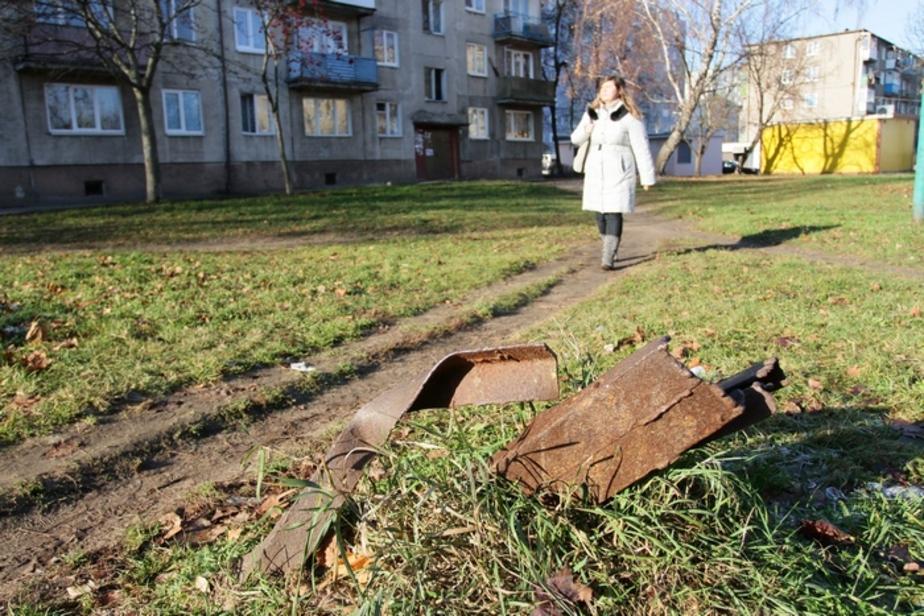 Книга жалоб: На Заводской из земли торчат опасные железки - Новости Калининграда