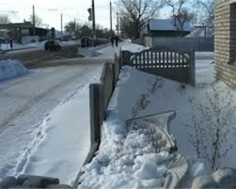 В Озерках подростки сломали забор- меряясь силами - Новости Калининграда
