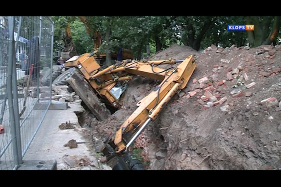 В Калининграде при прокладке теплотрассы перевернулся экскаватор - Новости Калининграда