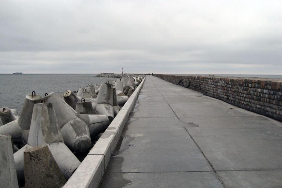 В Балтийске штормовая волна едва не унесла в море пьяного мужчину - Новости Калининграда