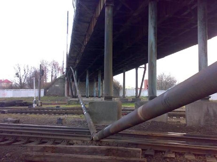 На мосту на ул- Суворова обрушилась труба газопровода