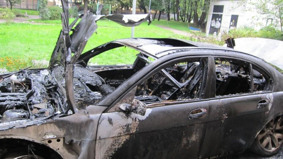 На ул- Театральной в Калининграде подожгли БМВ- произошел взрыв- в доме лопнули стеклопакеты - Новости Калининграда