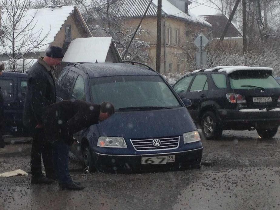 В Калининграде на перекрестке провалился асфальт- повреждены десятки машин - Новости Калининграда