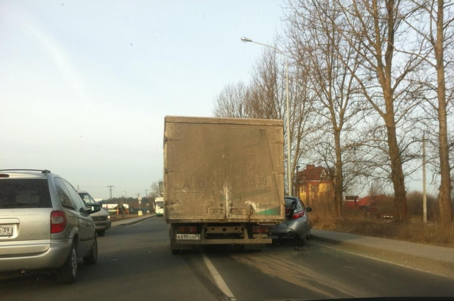 """На Мамоновском шоссе грузовик раздавил """"Тойоту"""" - Новости Калининграда"""
