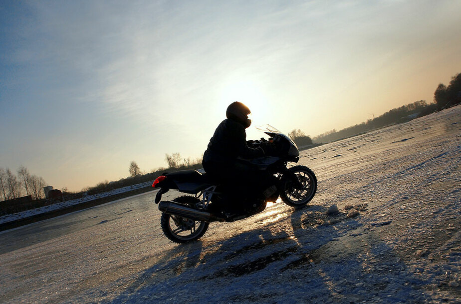 В Калининградском заливе погиб 23-летний мотоциклист- провалившись под лед - Новости Калининграда