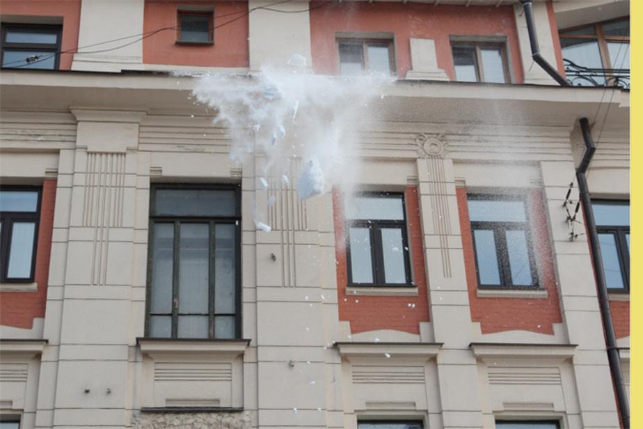 Житель Черняховска требует от коммунальщиков 100 тыс- за упавшую на машину глыбу снега - Новости Калининграда