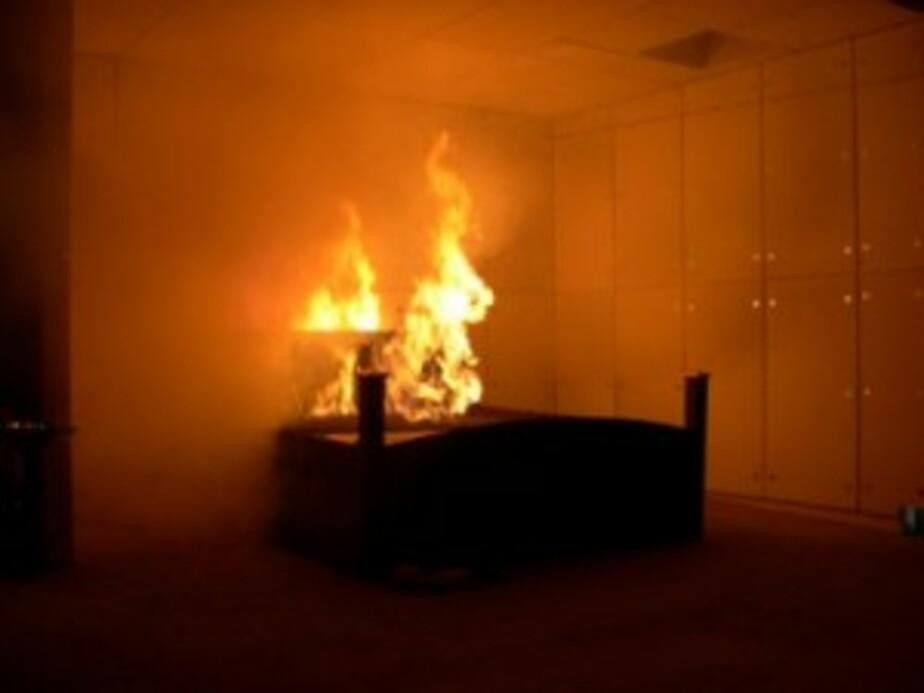 В пос- Истровка в квартире сгорела кровать