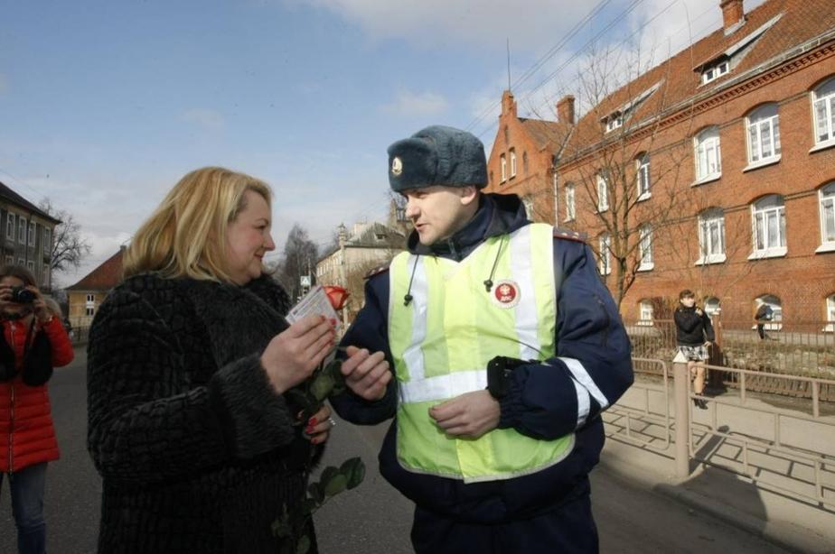 Розы вместо штрафов- В Калининграде инспекторы ГАИ поздравили женщин с 8 Марта - Новости Калининграда
