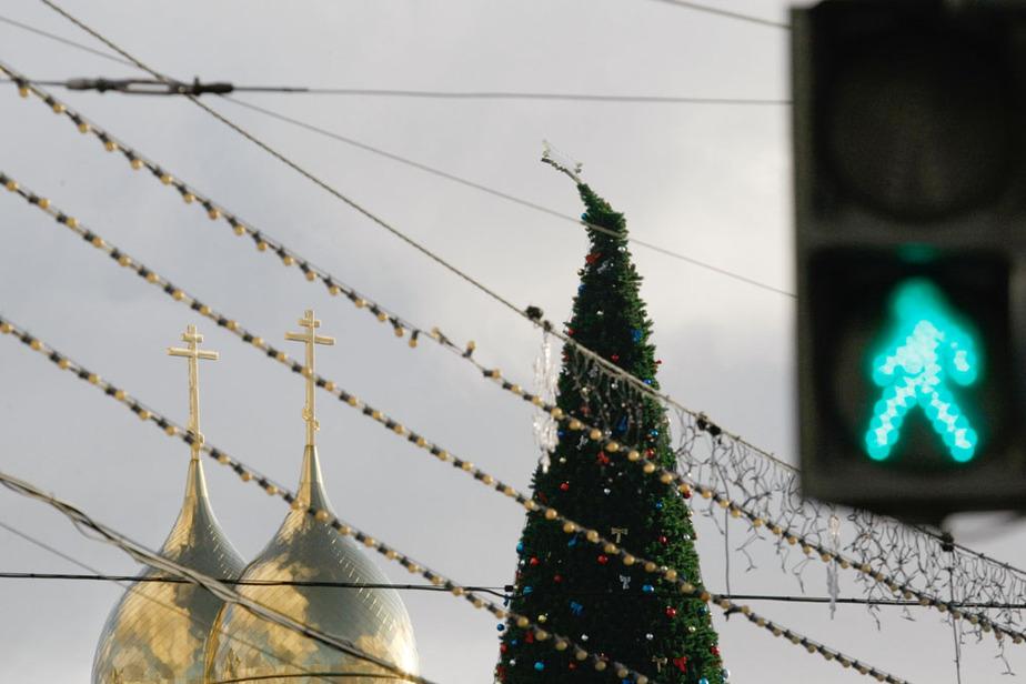 Из-за шторма в Балтийске упала новогодняя ель- в Калининграде - накренилась - Новости Калининграда