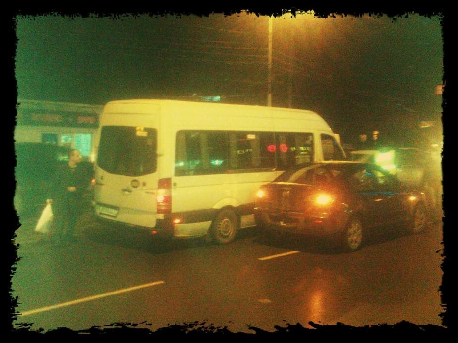 """Около """"Планеты"""" столкнулись маршрутка и """"Мазда""""- пассажиры заблокированы в салоне - Новости Калининграда"""