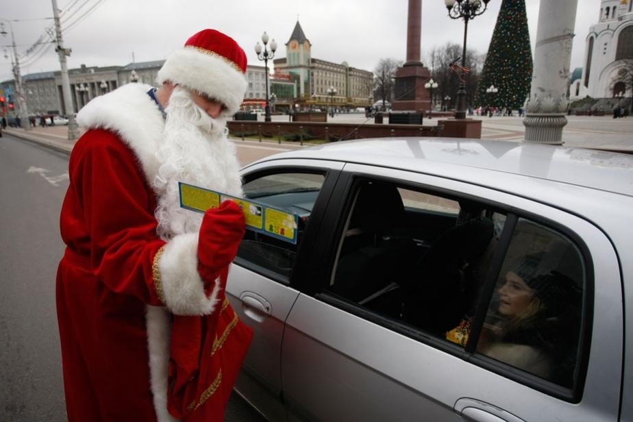 В Калининграде Дед Мороз-инспектор проверил знание ПДД у водителей
