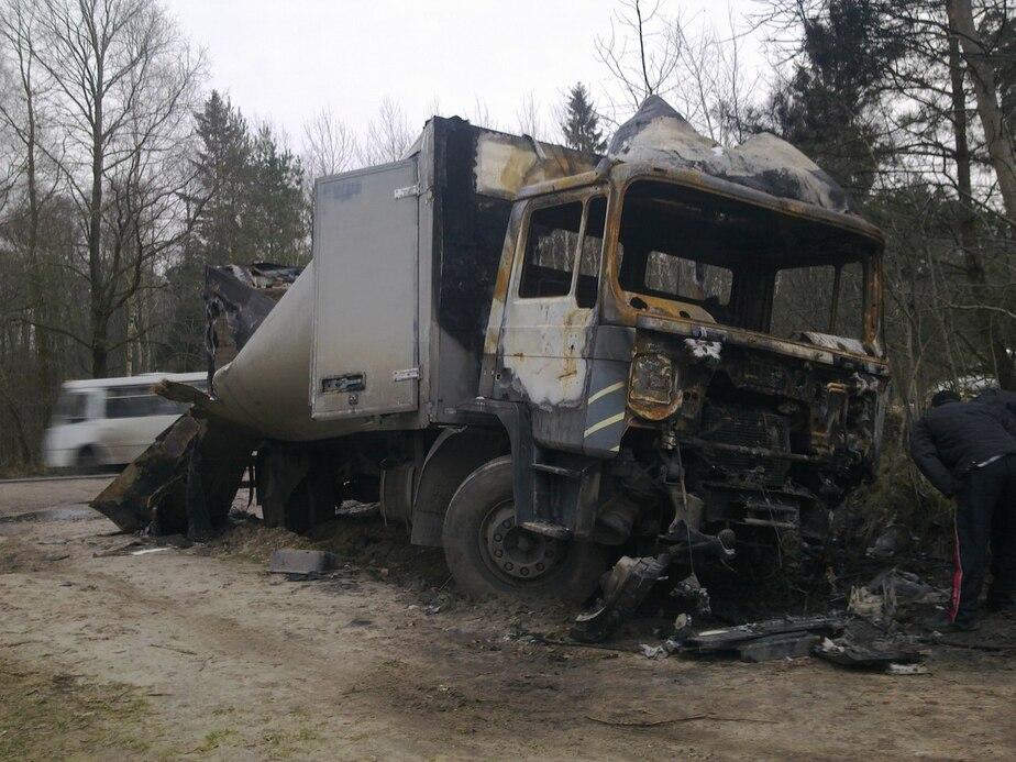 """На Балтийской трассе через неделю после аварии сгорел грузовик """"МАН"""" - Новости Калининграда"""