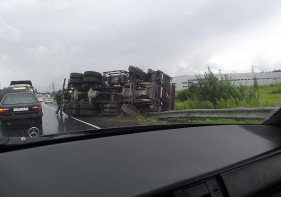 На окружной в кювет улетел грузовик - Новости Калининграда