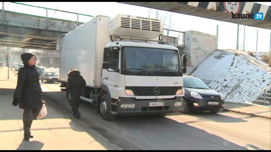 В Калининграде на улице Островского под мостом застрял грузовик - Новости Калининграда